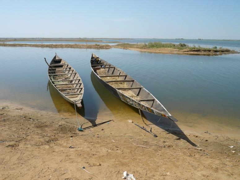 Barcas en la orilla a la salida de la ciudad de Toumbuctú