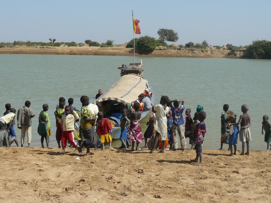 Cogiendo la pinaza para bajar por el Níger